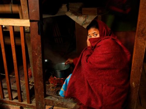 Mujer trabajando en un fábrica de papel